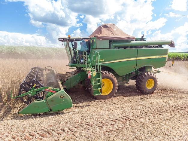 Tracteur agricole récoltant du soja sur le terrain - pederneiras-sao paulo-brasil - 20/03/2021.
