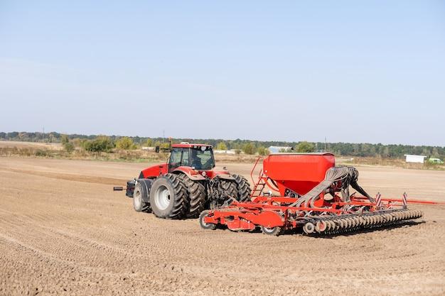 Tracteur sur un champ d'agriculteur