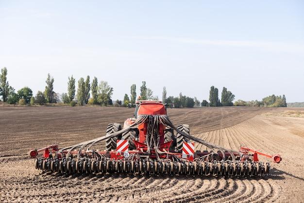 Tracteur cultivant le sol et préparant un champ pour la plantation