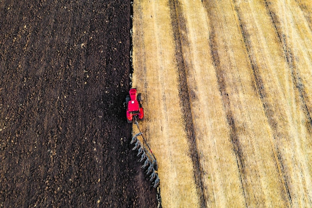 Tracteur cultivant le sol