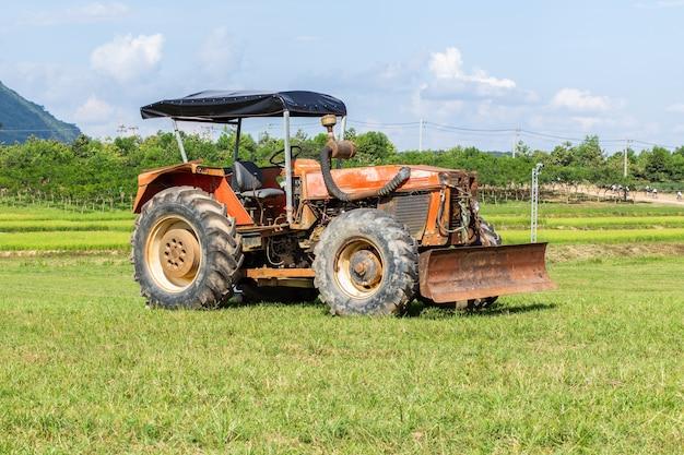 Tracteur dans les terres agricoles