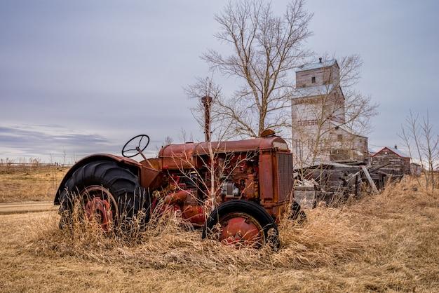 Un tracteur d'époque avec l'élévateur de coderre, en saskatchewan