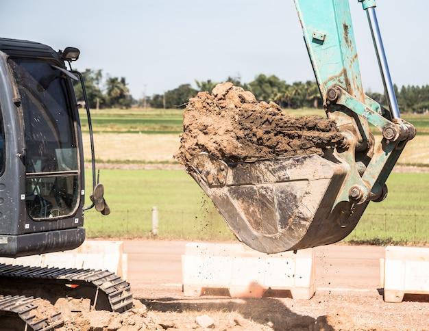 Tracteur d'excavatrice de travail creuser une tranchée.