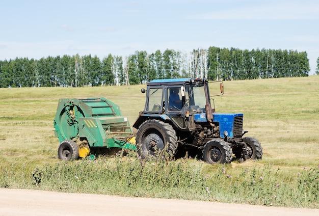 Tracteur avec gerbeur traîné, fenaison