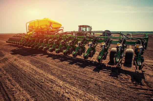 Tracteur labourant le champ de la ferme en préparation de la plantation de printemps