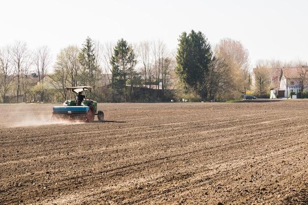 Tracteur labourant la terre pour la prochaine récolte