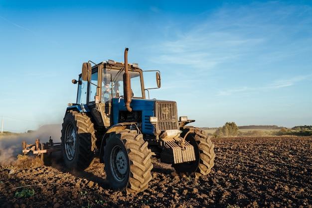 Le tracteur laboure l'image de l'agriculture des terres