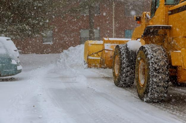 Le tracteur nettoie le déneigement après le déneigement des tempêtes de neige