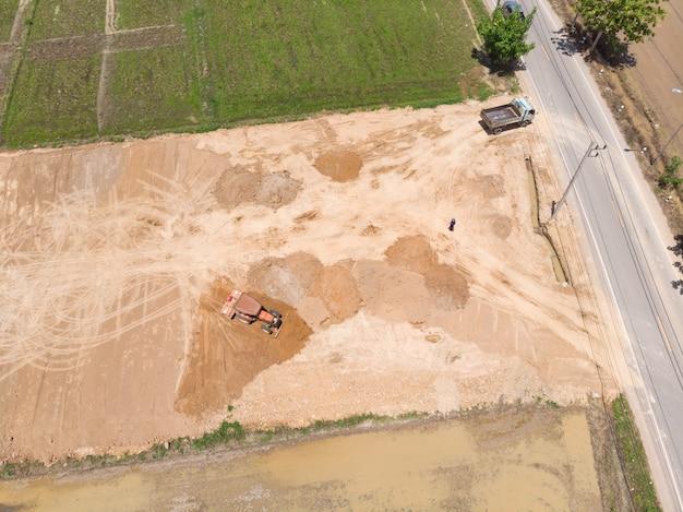 Tracteur nivelant le sol et le sol de remplissage