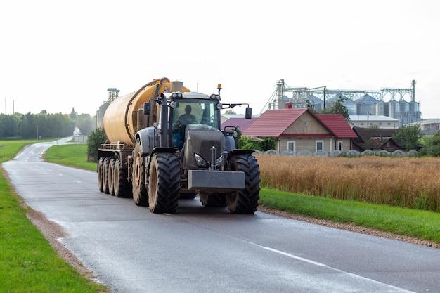 Un tracteur avec une remorque à engrais moderne
