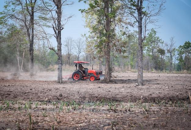 Tracteur sur le terrain semer