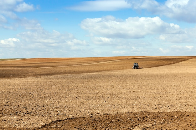 Tracteur sur le terrain un tracteur labourant un champ situé dans la terre lors de la plantation