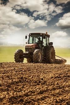 Tracteur sur le terrain
