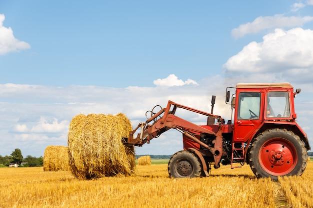 Tracteur transportant du foin