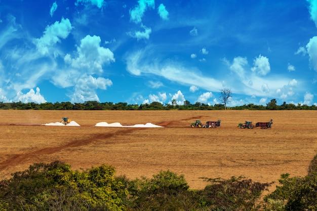 Tracteurs préparant le sol à la ferme
