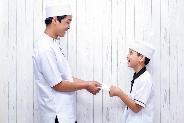 Tradition du peuple indonésien lors de la célébration de l'aïd moubarak de la distribution d'argent ou appelé thr