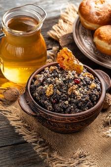 Tradition du soir saint. plat de céréales de cérémonie de noël kutia. image verticale. place pour le texte.
