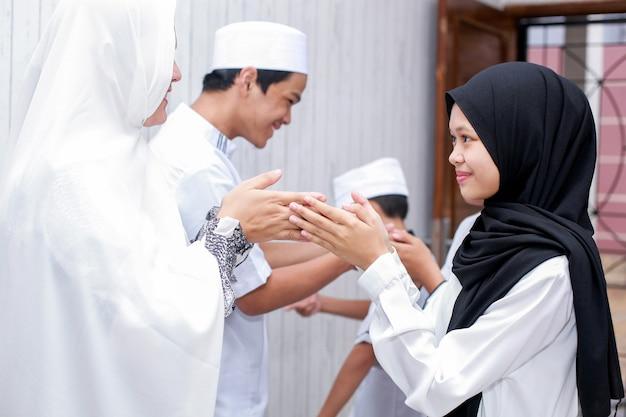 La tradition musulmane se serre la main pour se pardonner lors de la célébration de l'aïd moubarak
