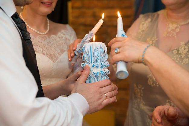 La tradition des parents qui brûlent le foyer de mariage de leurs bougies est une grande bougie de jeunes mariés