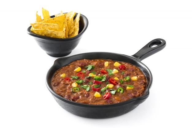 Traditionnel mexicain tex mex chili con carne dans une poêle sur table en bois blanc