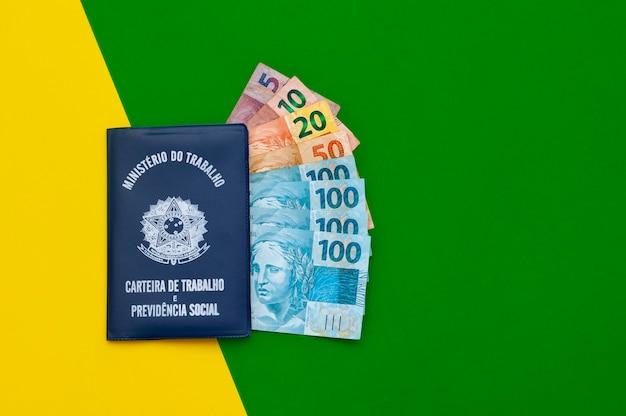 Traduction république fédérative du brésil, ministère du travail. carte de travail brésilienne. cédules brésiliennes. fond représentant le drapeau du brésil.