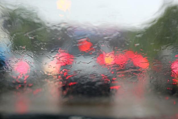 Trafic flou abstrait par jour de pluie avec vue sur la route en voiture