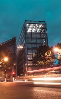 Trafic de nuit dans la ville