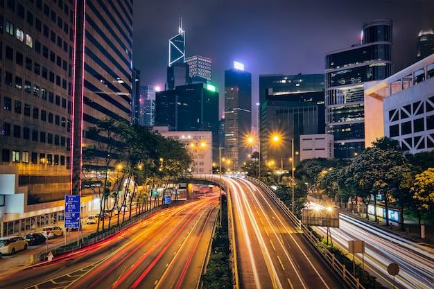 Trafic de rue à hong kong la nuit