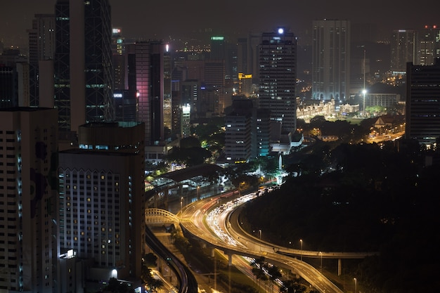 Trafic de transport de nuit à kuala lumpur, en malaisie