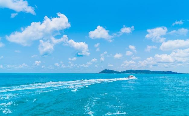 Trail sur la surface de l'eau de mer derrière bateau