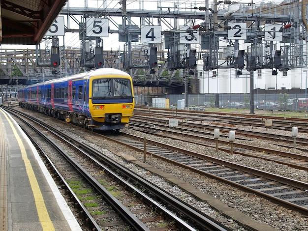 Train approchant à la gare