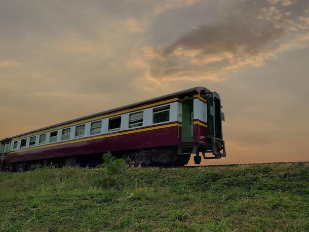 Train avec chemin de fer au coucher du soleil