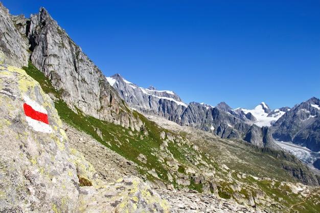 Le train d'eggishorn et la vue sur le glacier et les montagnes d'aletsch