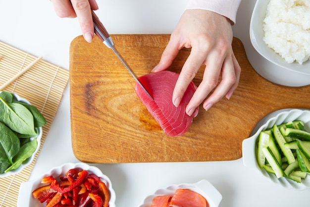 En train de faire des sushis