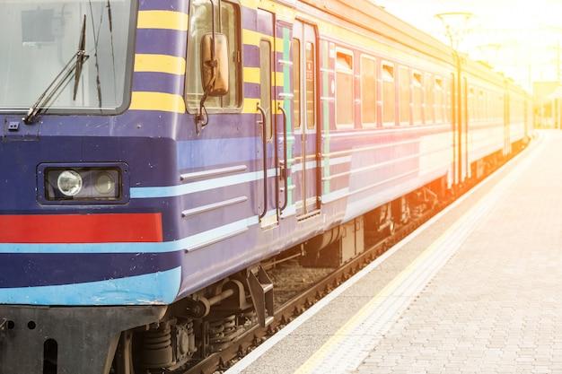 Train flou à la gare de tallinn
