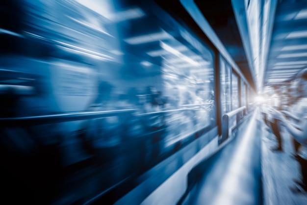 Train floue à la station de départ de la nuit