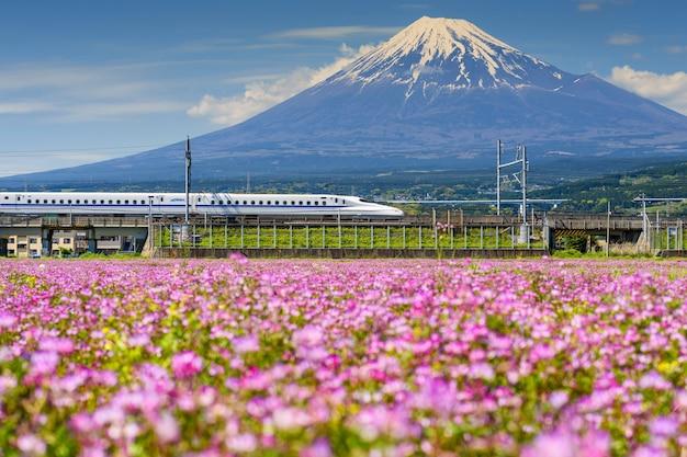 Le train à grande vitesse shinkansen passe au fuji en montagne