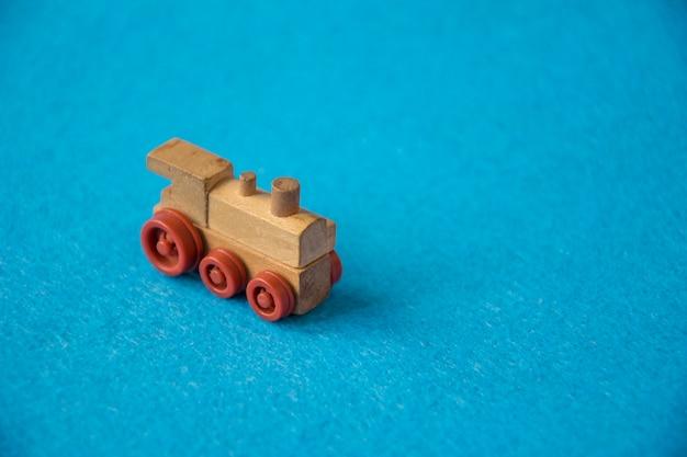 Train jouet en bois sur bleu