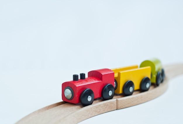 Train jouet en bois avec des blocs colorés