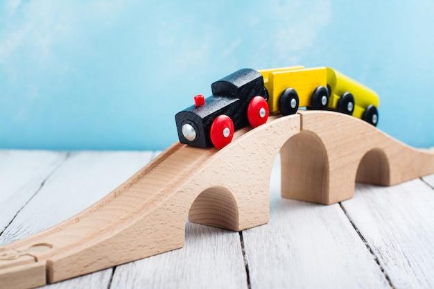 Train jouet en bois coloré