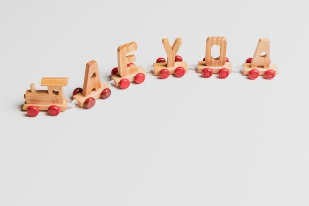 Train jouet avec des lettres
