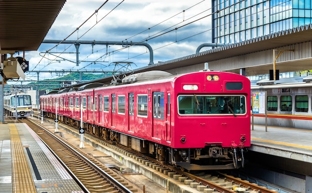 Train local à la gare de himeji, préfecture de hyogo au japon