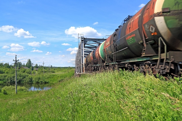 Train de marchandises près du pont de chemin de fer
