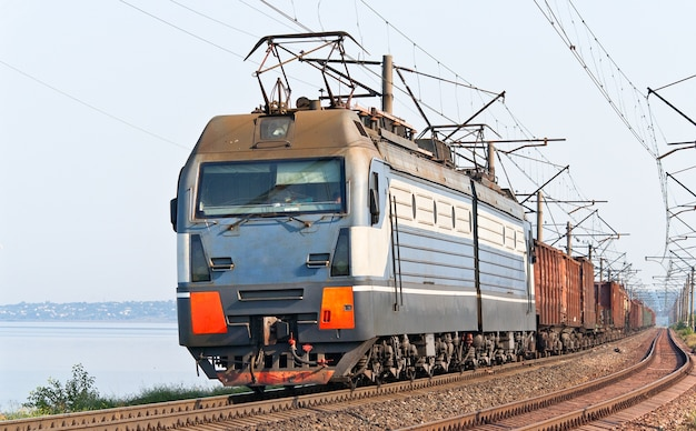 Train de marchandises sur une rive du dniepr en ukraine