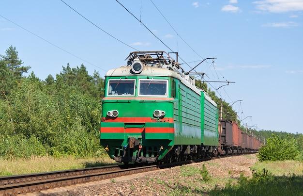 Train de marchandises transporté par locomotive électrique aux chemins de fer ukrainiens