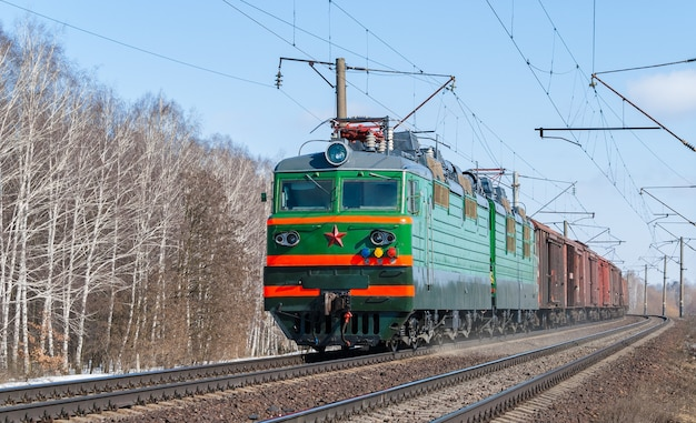 Train de marchandises transporté par une locomotive électrique en ukraine