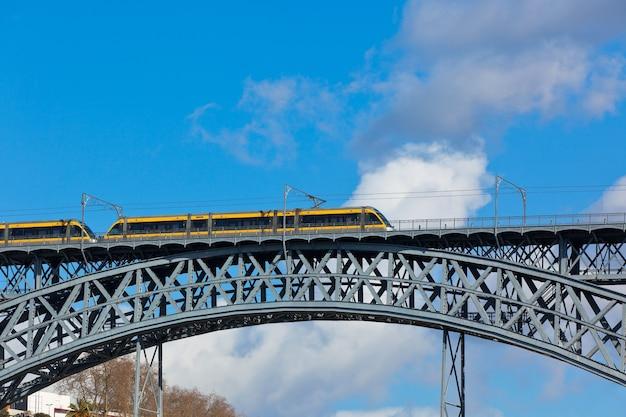 Train de métro sur le pont de dom luiz à porto. prise de vue horizontale