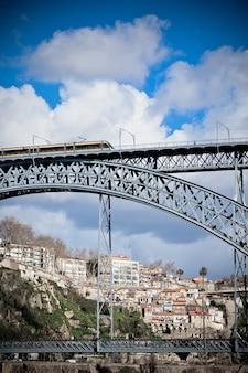 Train de métro sur le pont de dom luiz à porto. prise de vue verticale