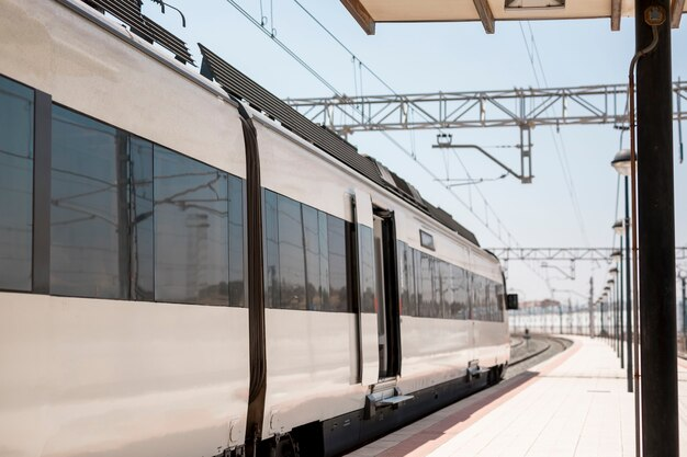 Train moderne en gare attendant les passagers