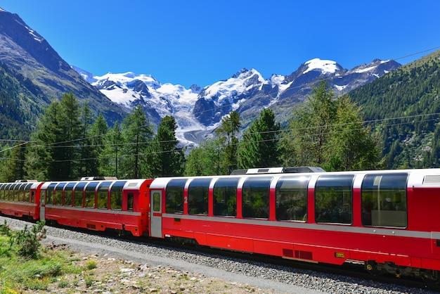 Train de montagne suisse bernina express a traversé les alpes